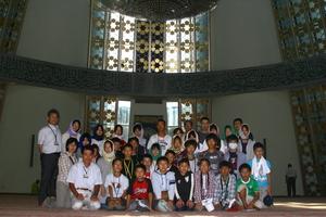 モスクの礼拝堂の中での集合写真