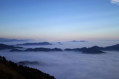 これって、雲の海の上に浮かぶ島のように見えませんか?