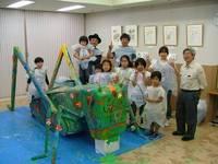 図5. 巨大キリギリスの色塗りをした子ども達