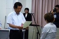 中瀬副館長から代表者へ贈呈