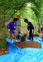 土と肥料を混ぜます