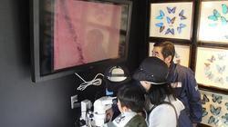 顕微鏡を覗き込む1