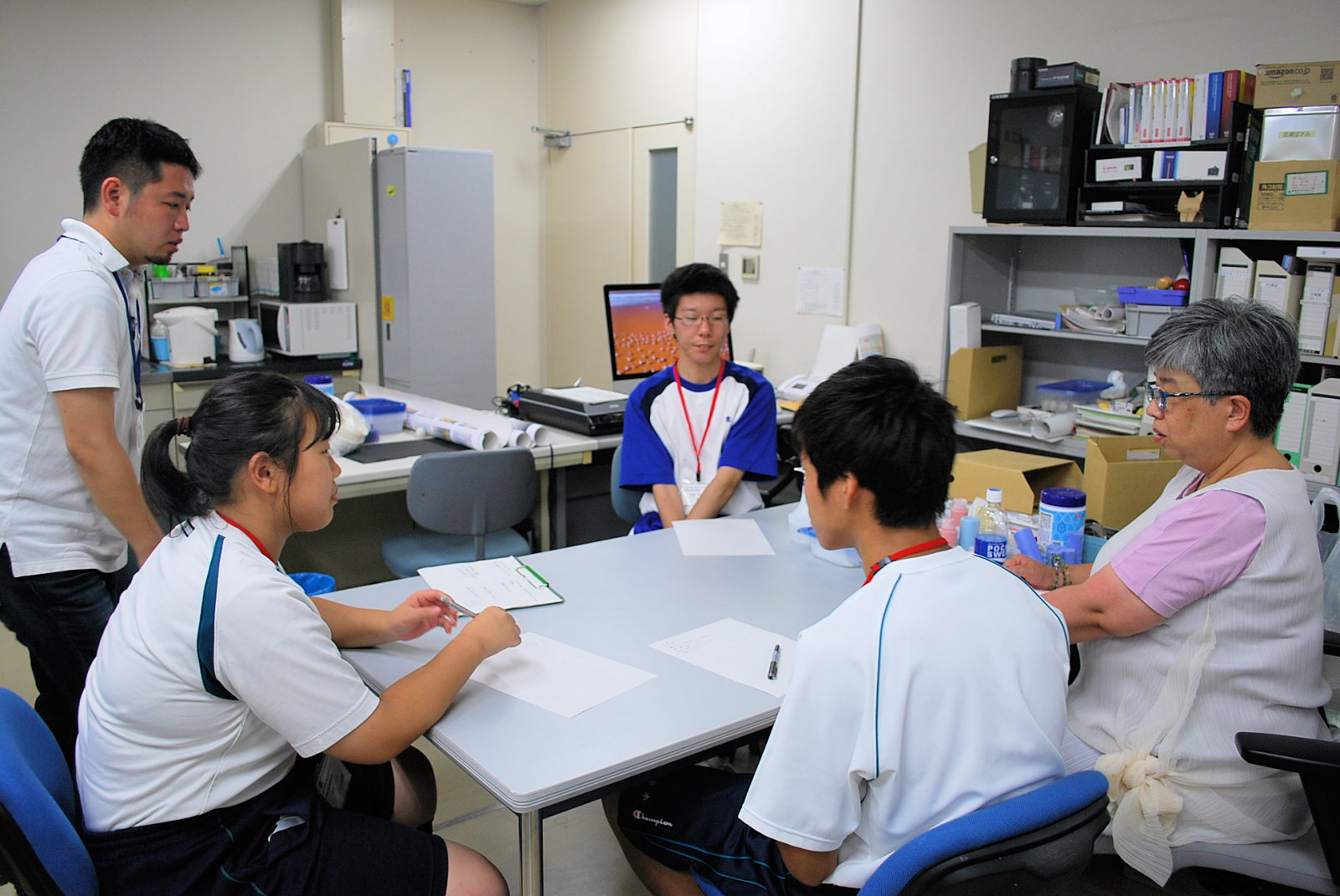 http://www.hitohaku.jp/blog/folder241\internship082204.JPG